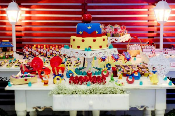 Snow White Birthday Party via idéias do partido de Kara | KarasPartyIdeas.com # neve # branco # Disney # princess # partido # idéias (29)