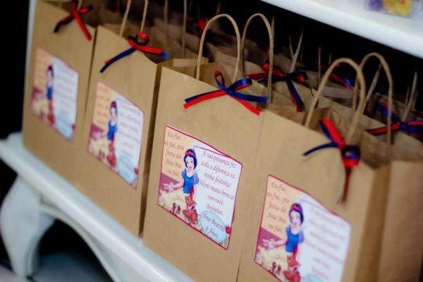 Snow White Birthday Party via idéias do partido de Kara | KarasPartyIdeas.com # neve # branco # Disney # princess # partido # idéias (27)