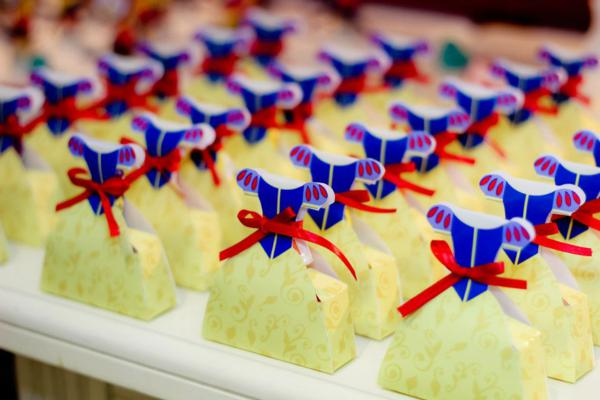 Snow White Birthday Party via idéias do partido de Kara | KarasPartyIdeas.com # neve # branco # Disney # princess # partido # idéias (20)