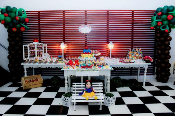 Snow White Birthday Party via idéias do partido de Kara | KarasPartyIdeas.com # neve # branco # Disney # princess # partido # idéias (17)