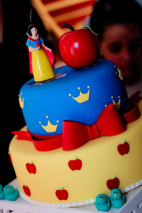 Snow White Birthday Party via idéias do partido de Kara | KarasPartyIdeas.com # neve # branco # Disney # princess # partido # idéias (15)