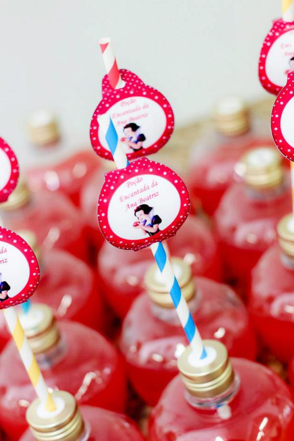 Snow White Birthday Party via idéias do partido de Kara | KarasPartyIdeas.com # neve # branco # Disney # princess # partido # idéias (14)