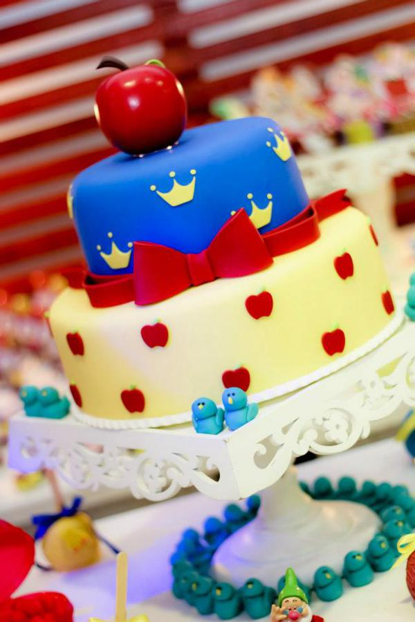 Snow White Birthday Party via idéias do partido de Kara | KarasPartyIdeas.com # neve # branco # Disney # princess # partido # idéias (9)