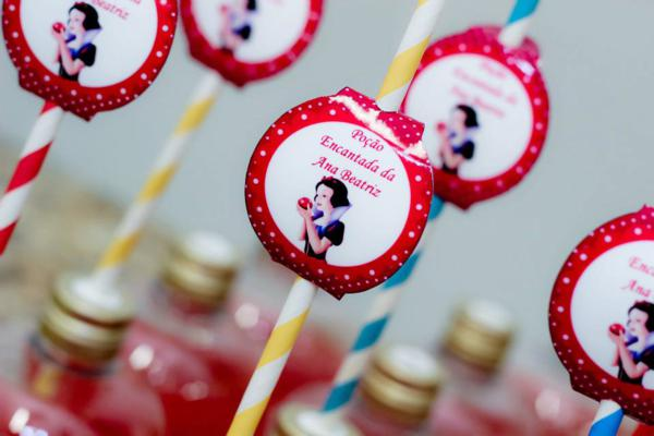 Snow White Birthday Party via idéias do partido de Kara | KarasPartyIdeas.com # neve # branco # Disney # princess # partido # idéias (50)