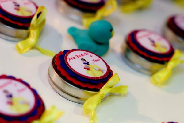 Snow White Birthday Party via idéias do partido de Kara | KarasPartyIdeas.com # neve # branco # Disney # princess # partido # idéias (44)