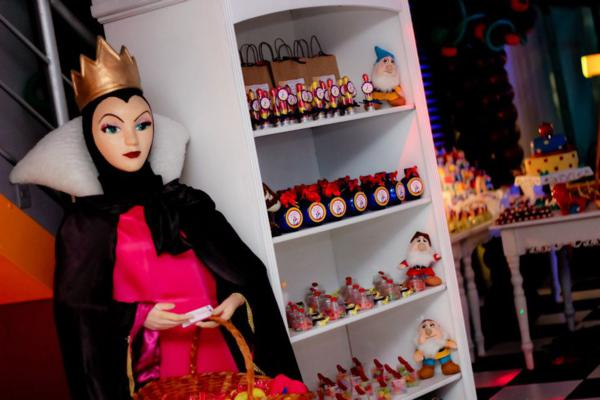 Snow White Birthday Party via idéias do partido de Kara | KarasPartyIdeas.com # neve # branco # Disney # princess # partido # idéias (42)