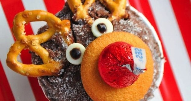 christmas reindeer holiday cupcakes made with hershey's kisses by kara allen karaspartyideas.com #christmasparty #reindeercupcakes #cupcakerecipe