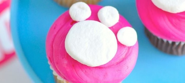 Cat Paw Print Cupcakes at a kitty birthday party via Kara Allen KarasPartyIdeas for Friskies Party Mix #1mmgrumpyfrowns #catparty #catcupcakes