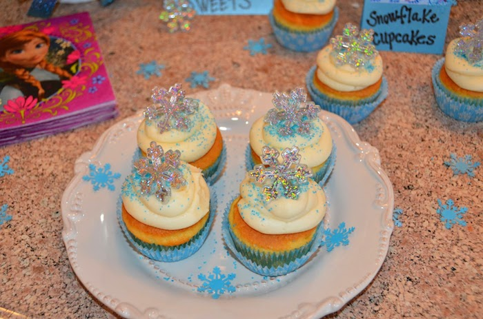 Disneys Frozen themed birthday party with Lots of Cute Ideas via Kara ...