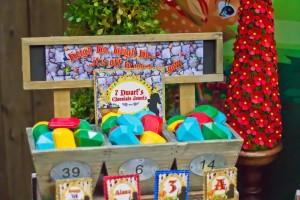 Snow White themed birthday party via Kara's Party Ideas KarasPartyIdeas.com Cake, cupcakes, invitation, supplies, games, and more! #snowwhite #snowwhiteparty #karaspartyideas (15)
