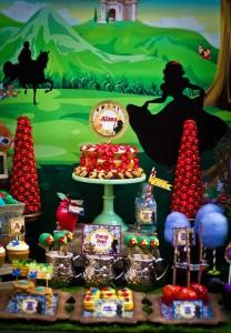 Snow White themed birthday party via Kara's Party Ideas KarasPartyIdeas.com Cake, cupcakes, invitation, supplies, games, and more! #snowwhite #snowwhiteparty #karaspartyideas (6)