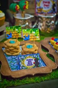Snow White themed birthday party via Kara's Party Ideas KarasPartyIdeas.com Cake, cupcakes, invitation, supplies, games, and more! #snowwhite #snowwhiteparty #karaspartyideas (3)