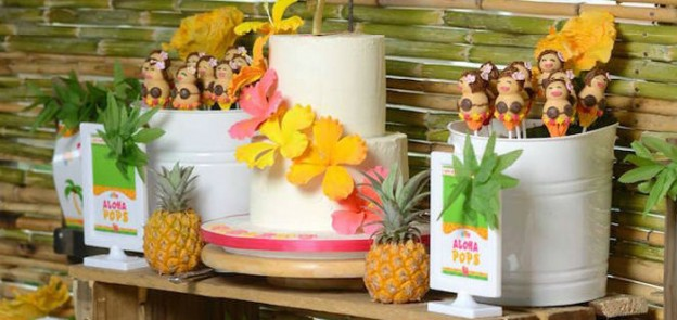 Hawaiian Luau themed birthday party via Kara's Party Ideas | KarasPartyIdeas.com #hawaiianluau