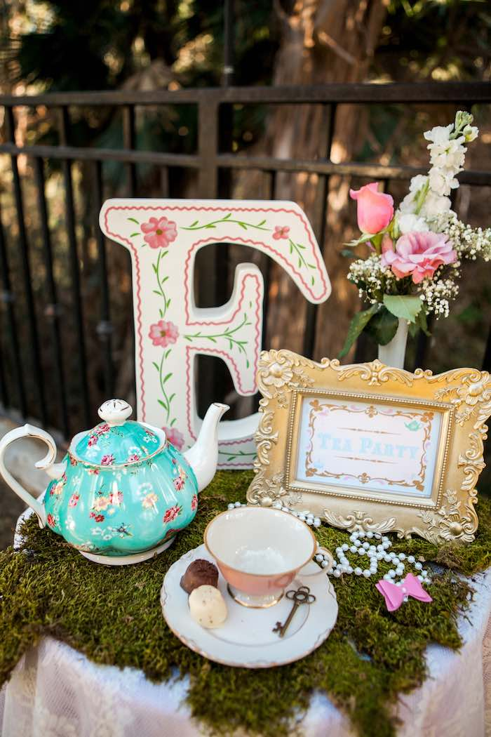 Kara 39 s party ideas shabby chic alice in wonderland - Alice in wonderland tea party decorations ...