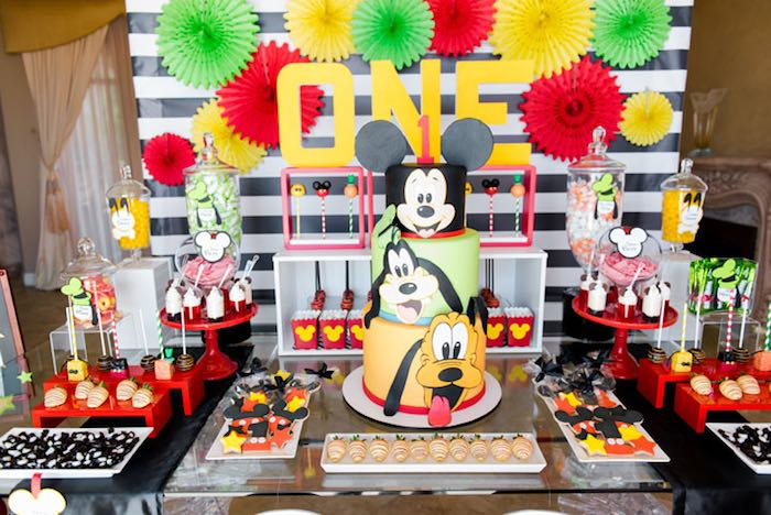 Minnie Mouse Cake Table Setup