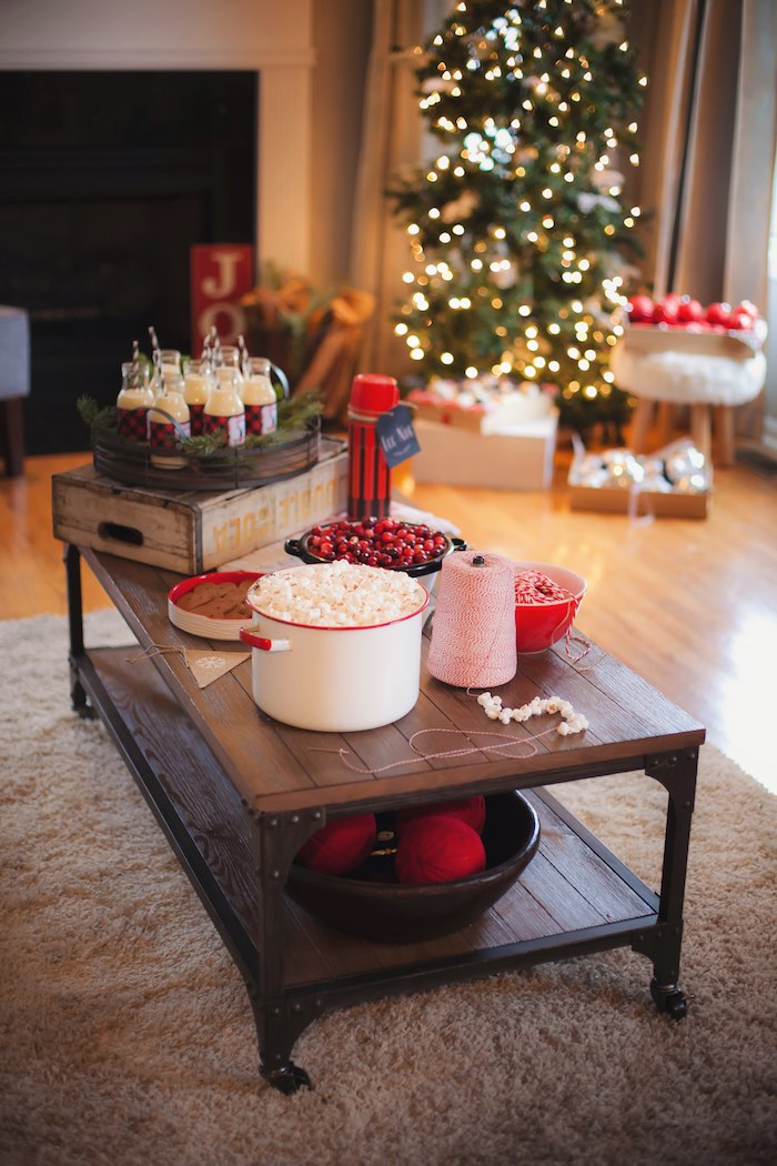 Old Fashioned Christmas Party Ideas Part - 30: Old Fashioned Garland Crafting Station From A Cozy Tree Trimming Holiday  Party On Karau0027s Party Ideas