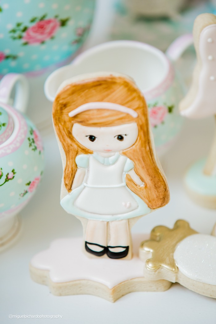 Alice in Wonderland cookie from a Pastel Glam Alice in Wonderland Birthday Party on Kara's Party Ideas | KarasPartyIdeas.com (36)