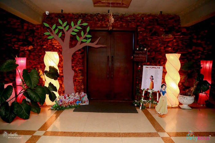 Forest entrance to a Snow White & The Seven Dwarfs Birthday Party on Kara's Party Ideas | KarasPartyIdeas.com (16)
