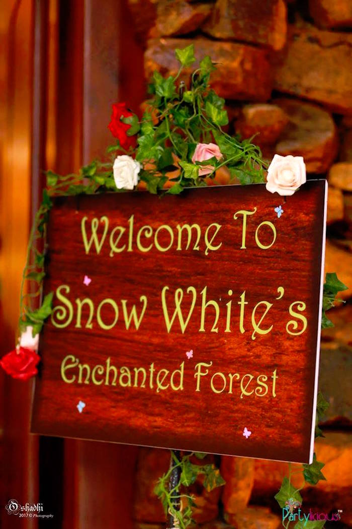 Welcome sign from a Snow White & The Seven Dwarfs Birthday Party on Kara's Party Ideas | KarasPartyIdeas.com (4)