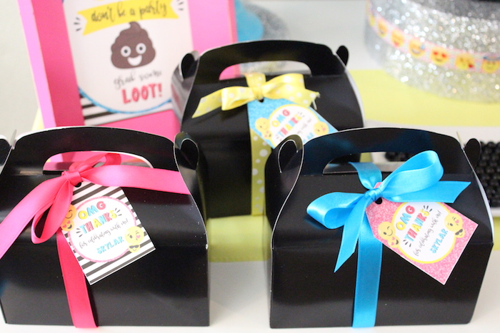 Gable favor boxes from an Emoji Birthday Party on Kara's Party Ideas | KarasPartyIdeas.com (16)