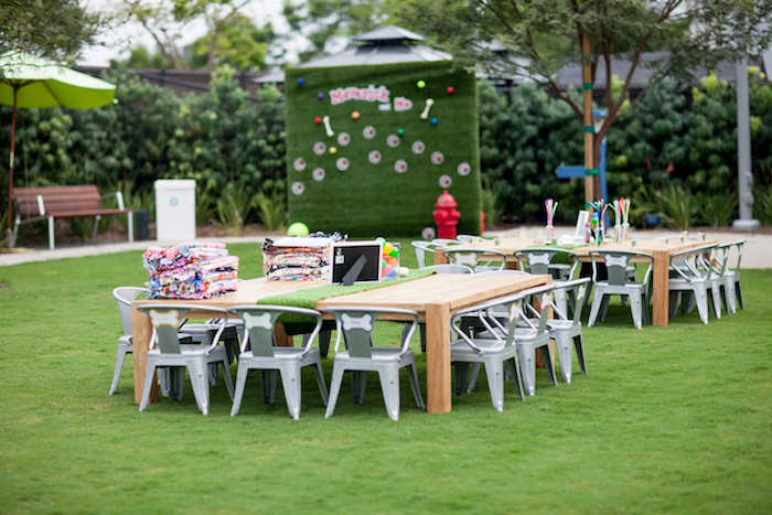Party tables + scape from a Puppy PAW-ty on Kara's Party Ideas | KarasPartyIdeas.com (21)