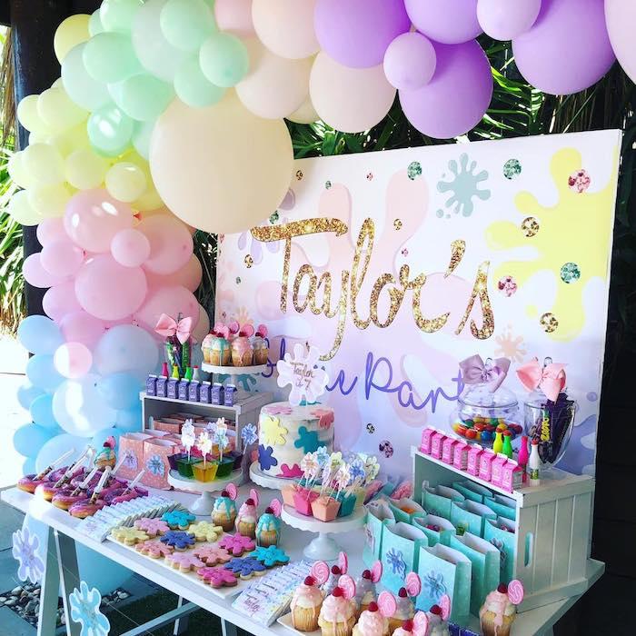 Mesa de sobremesa com tema de ciência feminina de uma festa de ciência feminina sobre as idéias de festa de Kara | KarasPartyIdeas.com (12)