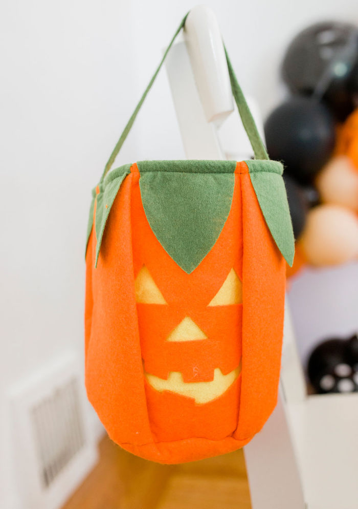 Felt Jack o' Lantern Trick or Treat Bag from a Classic Halloween Party for Kids on Kara's Party Ideas | KarasPartyIdeas.com (18)
