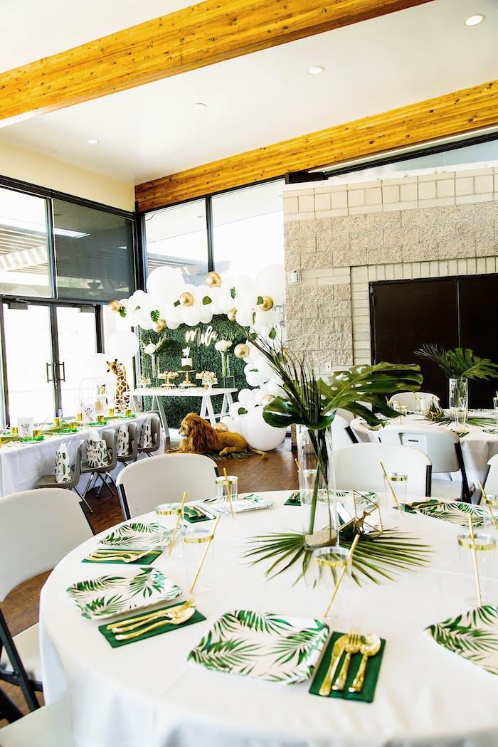 Jungle Guest Table de una fiesta de cumpleaños salvaje en las ideas de la fiesta de Kara   KarasPartyIdeas.com (17)