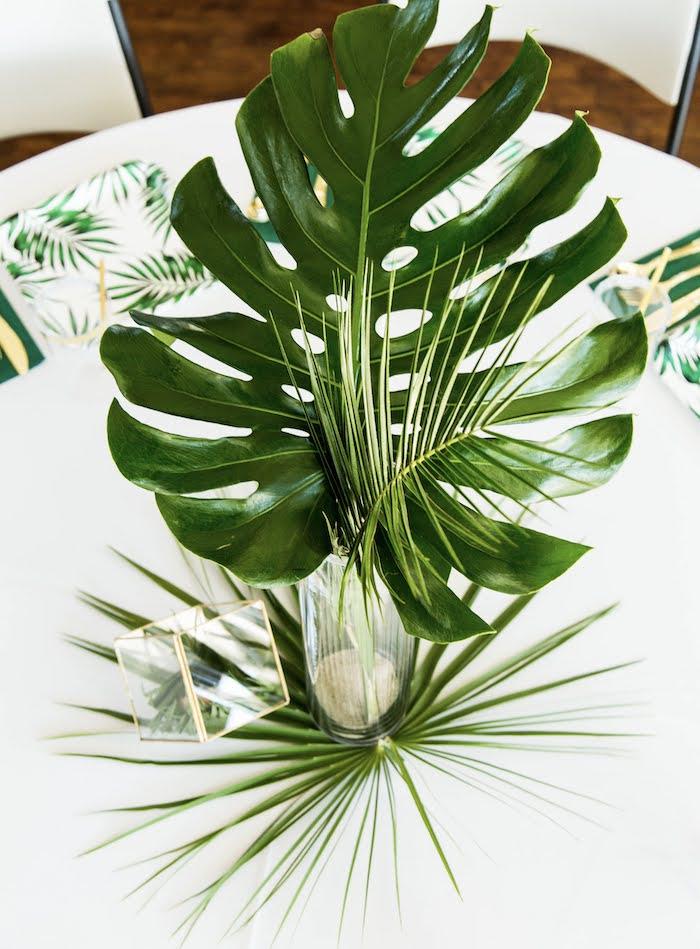 Centro de mesa de la hoja de la selva de una fiesta de cumpleaños salvaje en las ideas de la fiesta de Kara   KarasPartyIdeas.com (4)