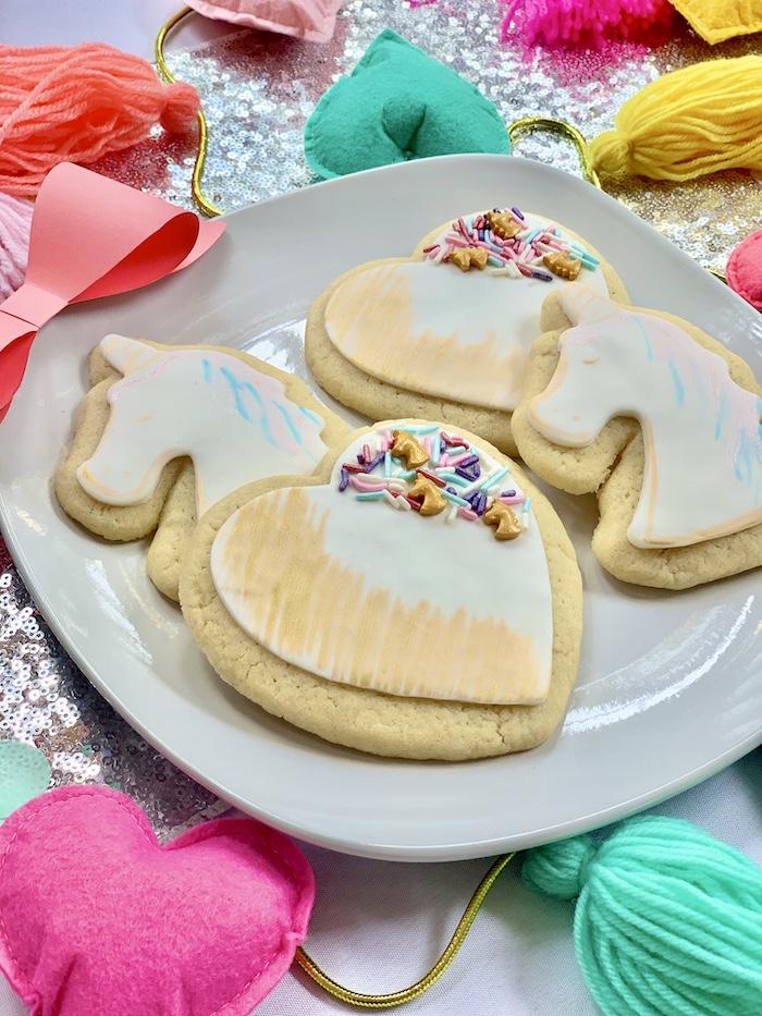 Unicornio inspirado en Jojo Siwa + galletas de corazón de una gran fiesta de cumpleaños de Jojo Siwa Dream en Kara's Party Ideas | KarasPartyIdeas.com