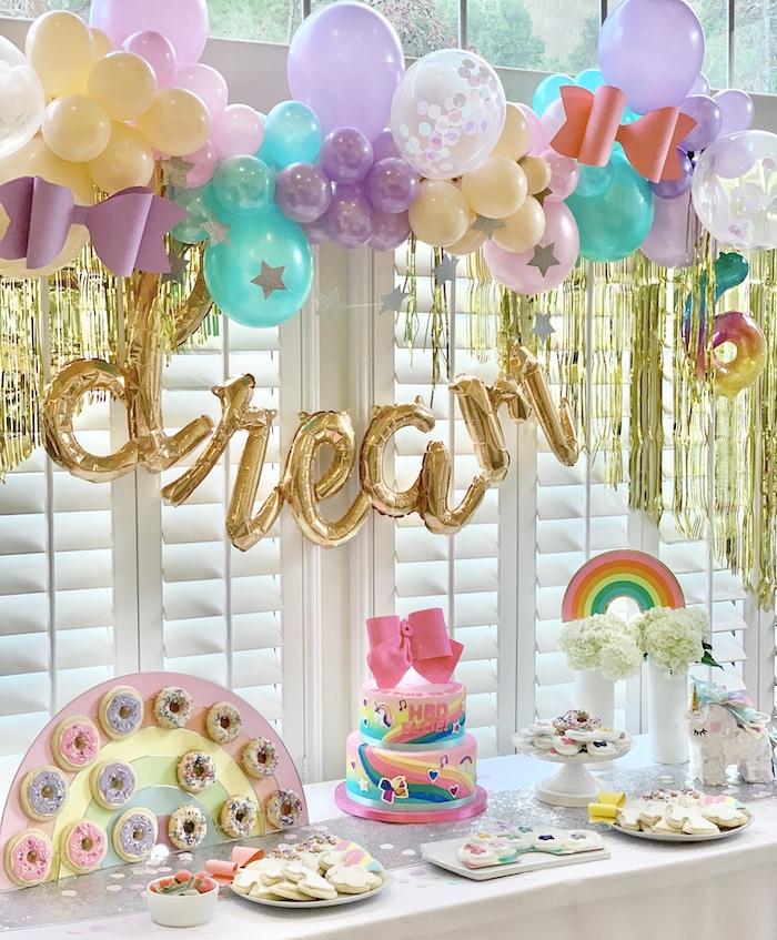 Mesa temática de postres arcoíris de Jojo Siwa de una fiesta de cumpleaños de Jojo Siwa Dream Big en Ideas de fiesta de Kara KarasPartyIdeas.com
