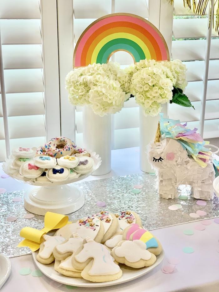 Rainbow Dessert Table de una fiesta de cumpleaños de Jojo Siwa Dream Big en las ideas de fiesta de Kara | KarasPartyIdeas.com
