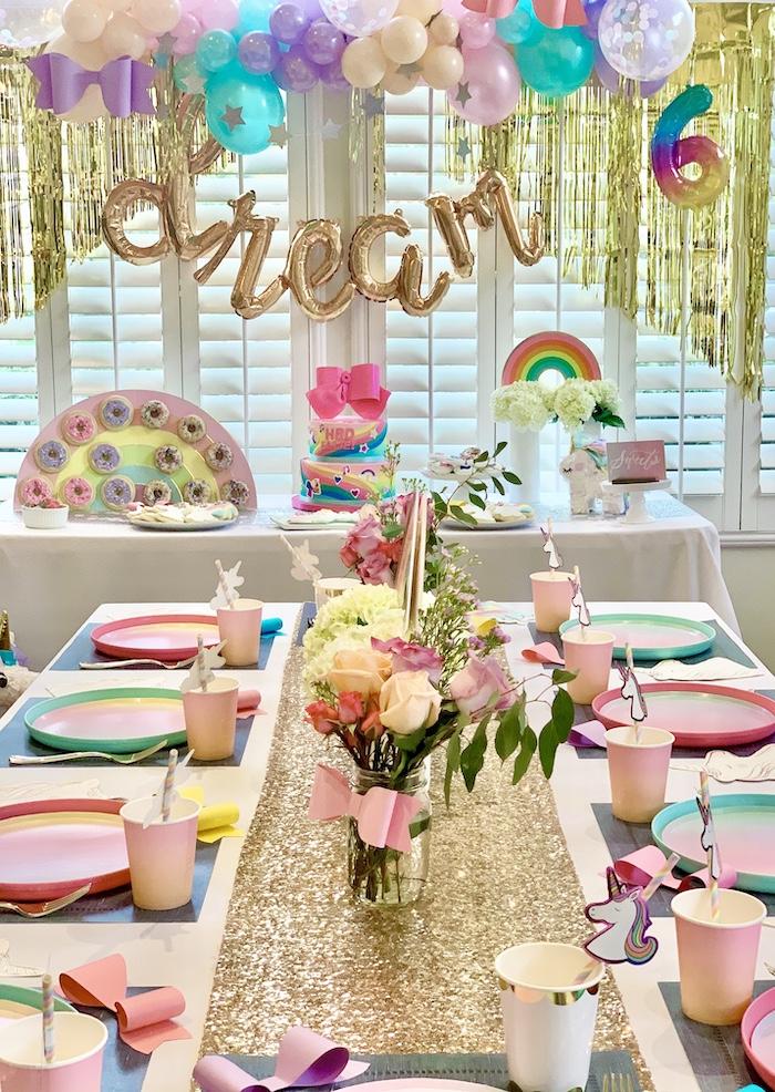 Mesas de fiesta Rainbow Glam + Telón de fondo de una gran fiesta de cumpleaños de Jojo Siwa Dream en Kara's Party Ideas | KarasPartyIdeas.com