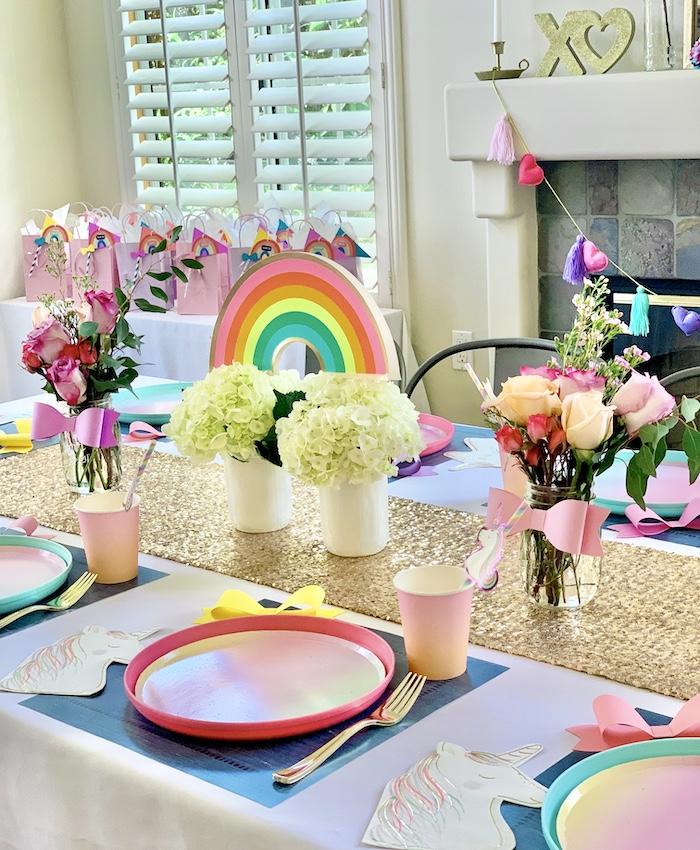 Rainbow Glam Guest Tablescape de una gran fiesta de cumpleaños de Jojo Siwa Dream en Kara's Party Ideas | KarasPartyIdeas.com