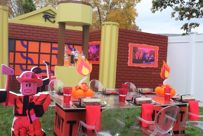 Roblox Themed Guest Table from a Roblox Museum Heist Birthday Party on Kara's Party Ideas | KarasPartyIdeas.com (23)