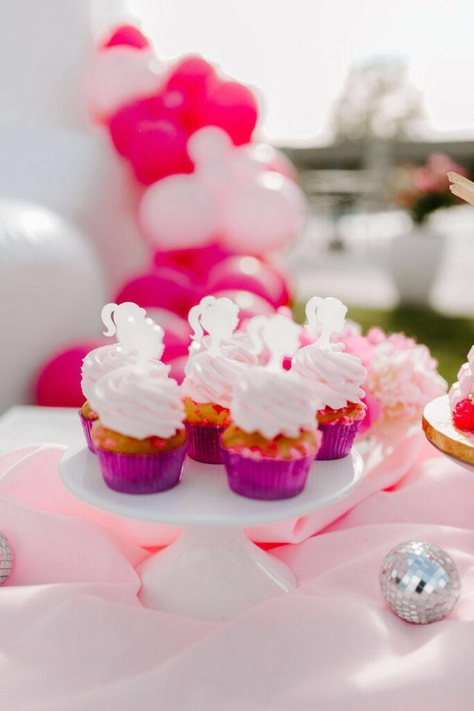 Cupcakes de Barbie de una elegante fiesta de cumpleaños de Barbie en Kara's Party Ideas |  KarasPartyIdeas.com