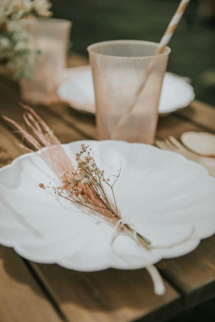 Mesa Boho de una fiesta de picnic de cumpleaños Boho silenciada en Ideas para fiestas de Kara |  KarasPartyIdeas.com