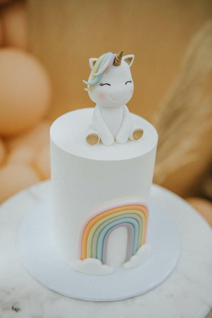 Pastel de unicornio arcoíris de una fiesta de picnic de cumpleaños boho silenciada en Ideas para fiestas de Kara |  KarasPartyIdeas.com