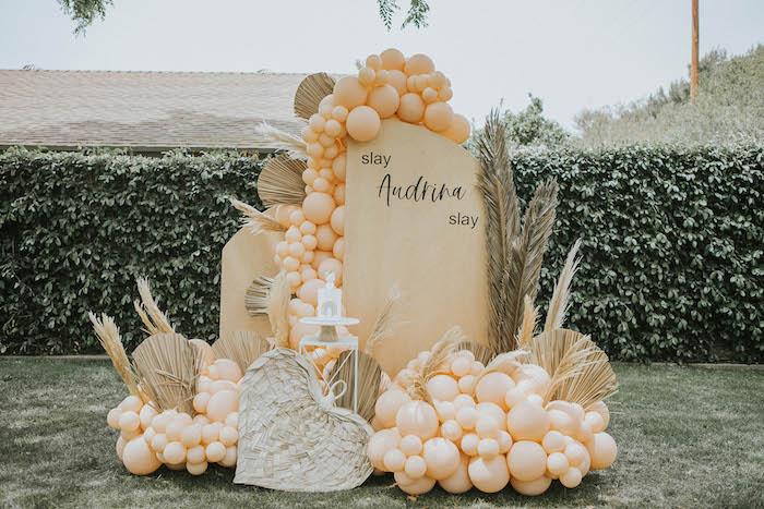 Telón de fondo de panel moderno de una fiesta de picnic de cumpleaños boho silenciada en las ideas de la fiesta de Kara |  KarasPartyIdeas.com