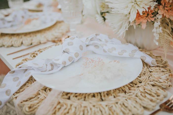 Ajuste de la mesa boho de una fiesta de picnic de cumpleaños boho silenciada en las ideas de la fiesta de Kara |  KarasPartyIdeas.com