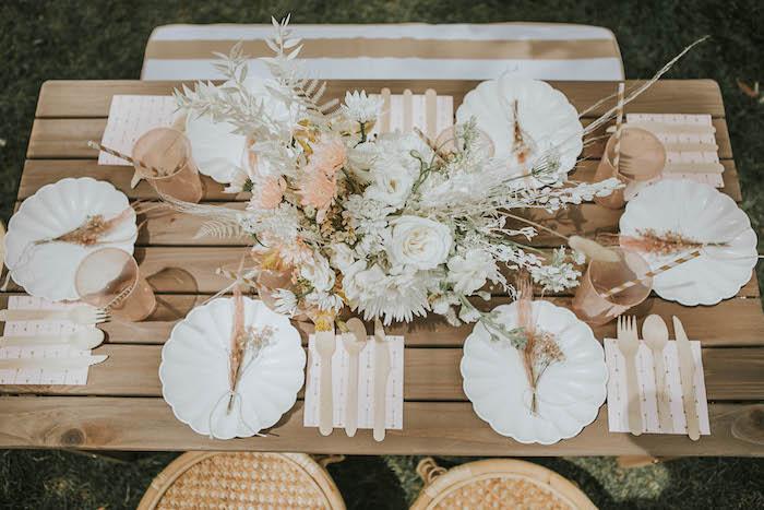Mesa de invitados Boho de una fiesta de picnic de cumpleaños Boho silenciada en Ideas para fiestas de Kara |  KarasPartyIdeas.com
