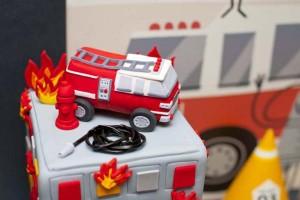 firemanbirthdaypartyfiretruckdesserttable-birthdaycake1_600x400