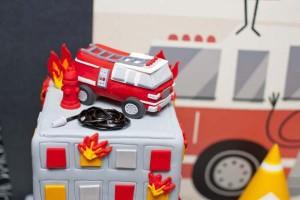 firemanbirthdaypartyfiretruckdesserttable-birthdaycake2_600x400
